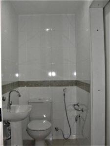 Banheiro para pacientes com barra lateral de segurança.