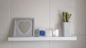 Prateleira com mimos e detalhes pensado nas necessidades das usuárias do banheiro.