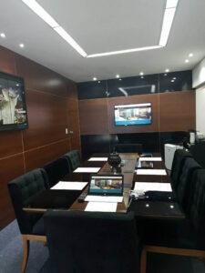 Na sala de reunião foi feito um painel de madeira com black piano trazendo sofisticação ao ambiente.