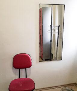 Espelho e cadeira de apoio do vestiário antes.
